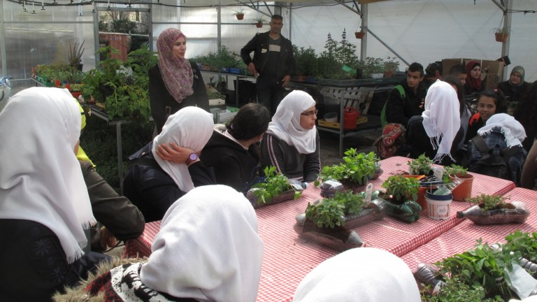 Estudiantes árabes en una charla sobre jardinería sostenible. Foto cortesía.