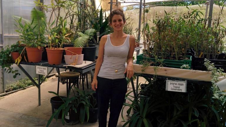 Lior Gottesman en la sección de plantas tropicales. Foto de Abigail Klein Leichman.