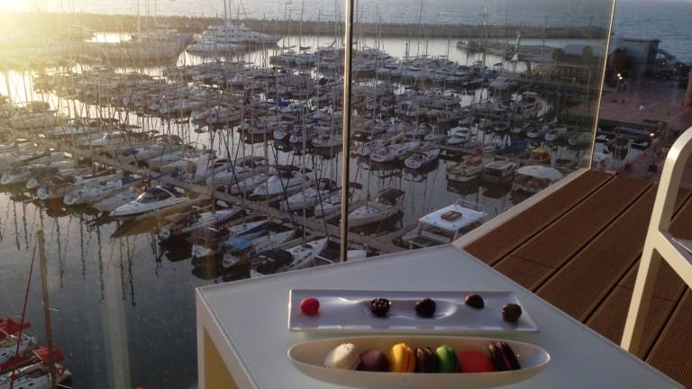 La marina de Herzliya desde una de las mesas. Foto vía her-etiquette.com.