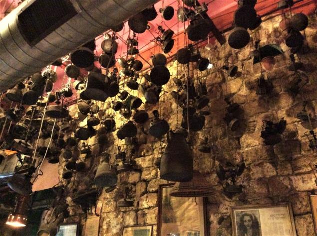 Decoración interior del restaurant Dr. Shakshuka, de comida casera israelí