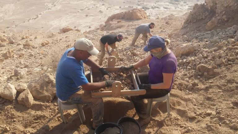 Arqueólogos y estudiantes filtran el material encontrado en la Cueva 12. Foto de Casey L. Olson y Oren Gutfeld.