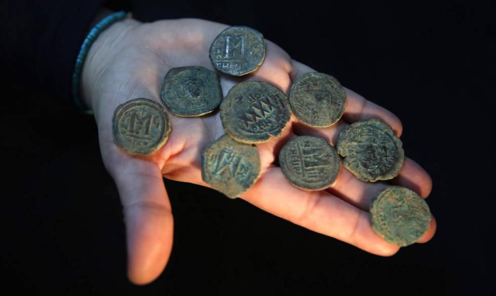 La arqueóloga Annette Landes-Nagar muestra unas monedas de época del Imperio Bizantino.