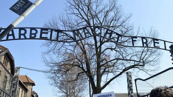 """Cartel en la entrada de Auschwitz """"Arbeit Macht Frei"""" – El trabajo libera –"""