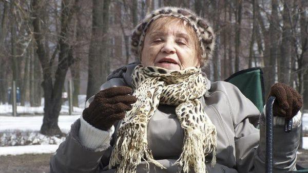 Lea Novera dando testimonio en Auschwitz