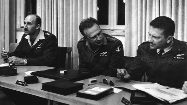 El entonces jefe de Estado, General Yitzhak Rabin (1922 – 1995), junto a los generales Mordechai Hod (izquierda) y Ezer Weizman (Getty)