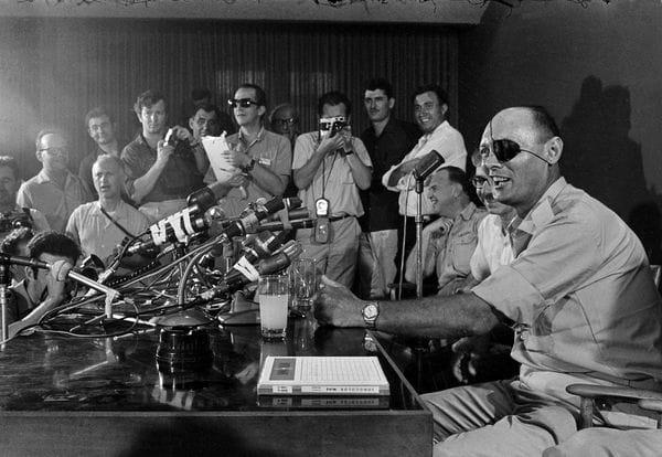 El 3 de junio de 1967, el general Moshe Dayan habla con los periodistas en su primer contacto con la prensa como ministro de Defensa israelí, poc antes del comienzo de la Guerra (AP)