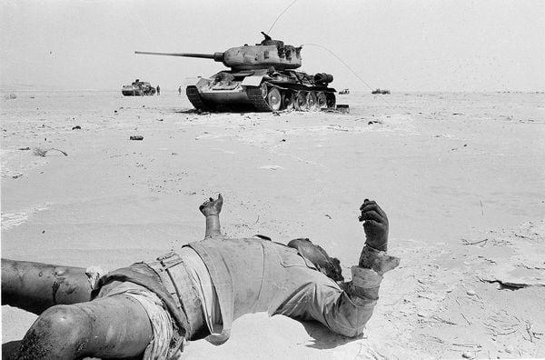 6 de junio de 1967. Un soldado egipcio muerto y un tanque egipcio alcanzado por el fuego israelí en el desierto de Sinaí. (AP)