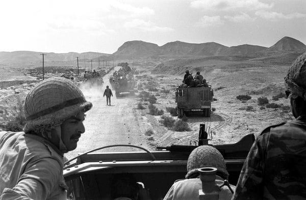 7 de junio de 1967. Tropas israelíes avanzan por el desierto de Sinaí.