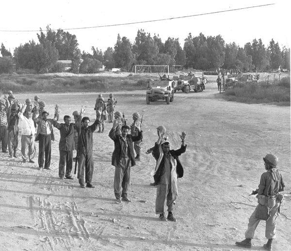 Un soldado Israelí pone en fila a tropas egipcias capturadas para su identificación. (AP)
