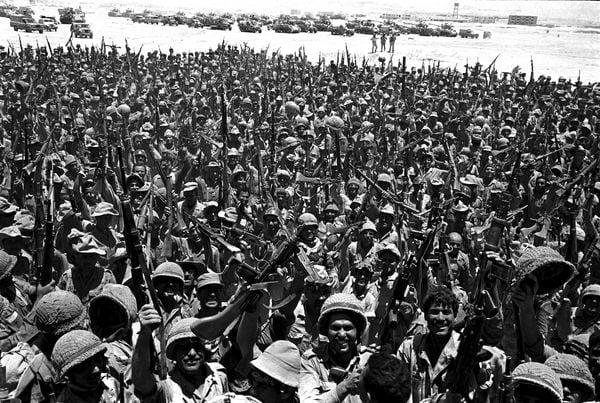 10 de junio de 1967. Tropas israelíes celebran jubilosas la victoria en el desierto de Sinaí (AP)