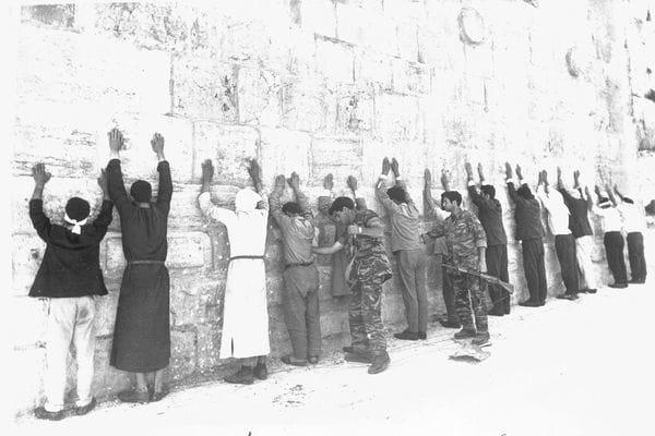 8 de junio de 1967. Soldados israelíes revisan a prisioneros jordanos en la ciudad vieja de Jerusalén.