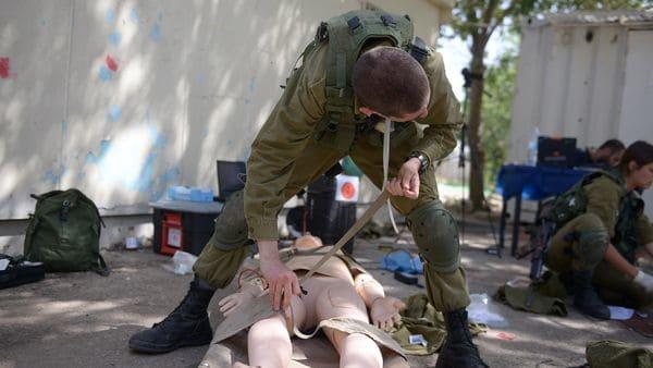 Los médicos de las FDI también realizan cirugías con el soldado robot