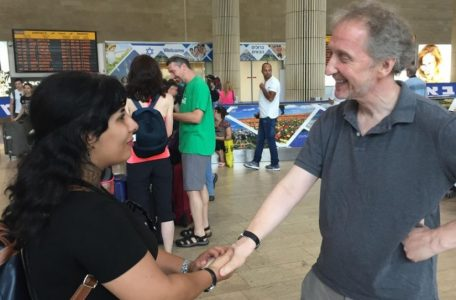 Neda Amin is welcomed by Times of Israel's David Horovitz at Ben-Gurion Airport, August 10, 2017 (Times of Israel staff)