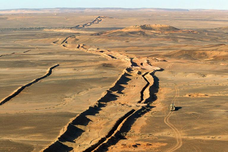 An ariel photo shows the wall separating Morocco and Mauritania in the Saharan occidental on January 4, 2002, during the Tan Tan (Morocco)-Zouerat (Mauritania) stage of the Arras Dakar Rally.  AFP PHOTO / PATRICK HERTZOG / AFP PHOTO / PATRICK HERTZOG