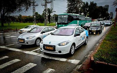 Los coches eléctricos, como este Mejor Lugar Renault Fluence ZE en Tel Aviv, pronto podrán ser una vista común en las calles de Israel. (Crédito de la foto: CC-BY btrplc, Flickr)