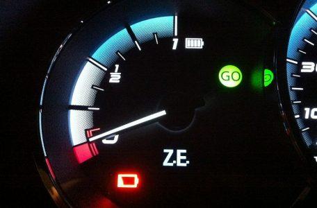 Un indicador vacío de la batería en un mejor lugar Renault Fluence.  (Brian Blum)