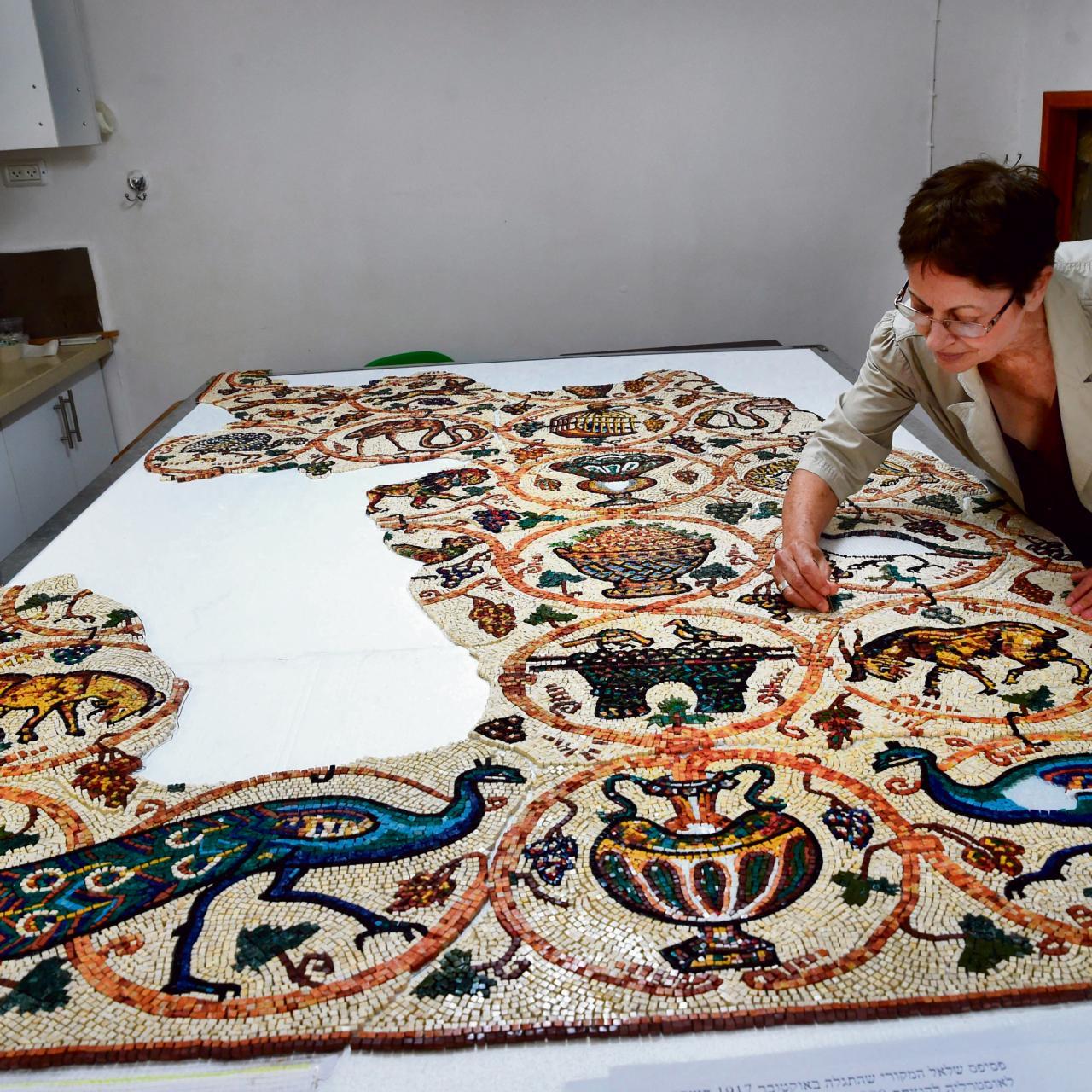 La artista Yardena Visoker presidió un proyecto de recreación, un mosaico retirado de Israel por tropas de ANZAC