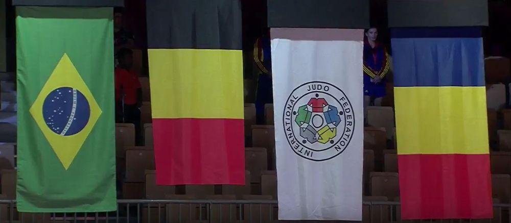 Las banderas nacionales de los ganadores de medallas en el Grand Slam de Judo 2017 en Abu Dhabi, con la bandera israelí reemplazada por la bandera de la Federación Internacional de Judo (segunda desde la derecha) debido a la prohibición de la Federación de Judo de los Emiratos Árabes sobre símbolos israelíes en el evento. La israelí Gili Cohen se llevó el bronce en la competencia, que tuvo lugar el 26 de octubre de 2017. Las otras banderas, de izquierda a derecha, son de Brasil, Bélgica y Rumania. (Captura de pantalla de YouTube)