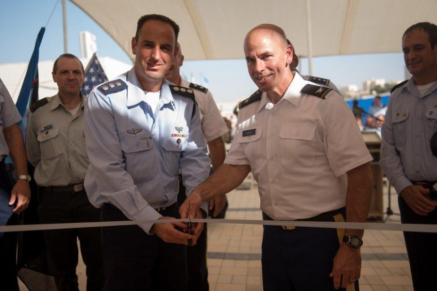 El coronel Liran Cohen, jefe de la Escuela de Defensa Aérea de las FDI, y el Coronel David Shank, del 10º Ejército de Defensa Aérea y de Misiles, cortaron la cinta para inaugurar la primera base militar estadounidense en Israel dentro de la Base Aérea de Mashabim , el 18 de septiembre de 2017. (Fuerzas de Defensa de Israel)
