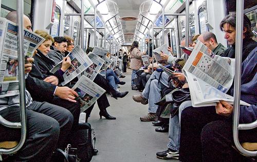 Resultado de imagen de gente leyendo diarios