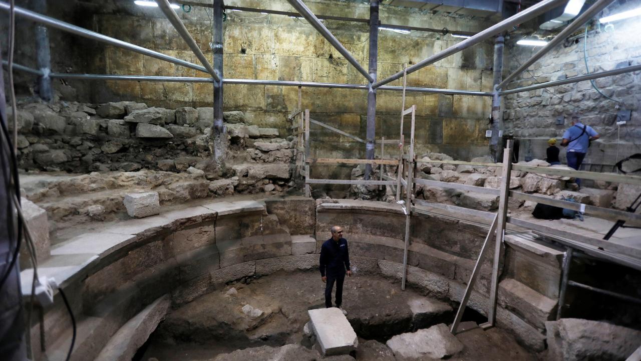 Joe Uziel en el hemiciclo. Habría sido utilizado para conciertos acústicos y para reuniones del concejo de notables de la Antigua Roma (AFP)