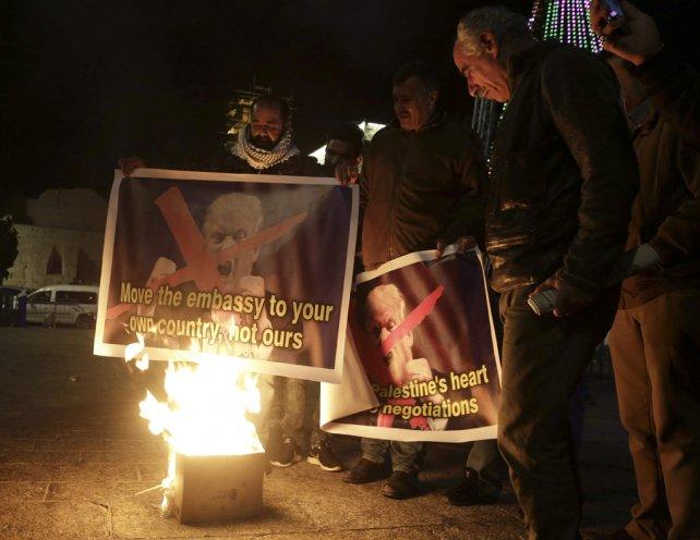 Resultado de imagen de palestinos quemando las fotos de trump imagenes