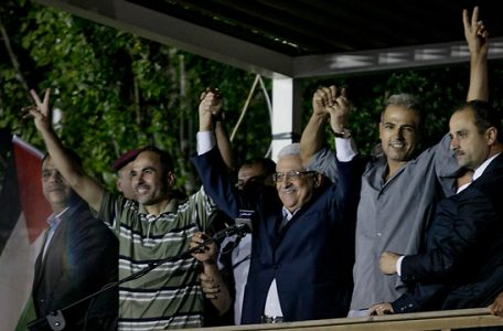 El presidente palestino, Abbas, saluda a los palestinos liberados de las cárceles israelíes como parte de un gesto israelí en agosto de 2013 (Foto: Ohad Zwigenberg)
