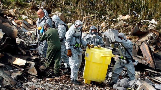 Tripulaciones en el sitio del avión IAF derribado (Foto: AFP)