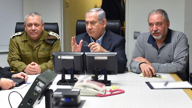 Netanyahu with IDF Chief of Staff Gadi Eisenkot and Defense Minister Avigdor Lieberman at the Kirya Base in Tel Aviv (Photo: Ariel Hermoni/Defense Ministry)