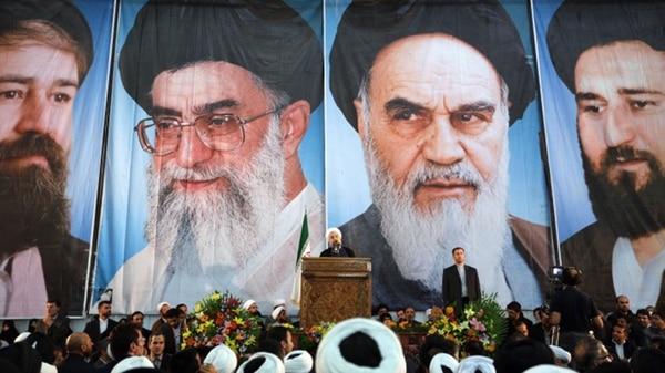 El presidente iraní, Hasan Rohani, con la imagen de los líderes supremos de fondo (AFP)
