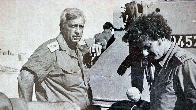 Con el ex primer ministro y luego el coronel Ariel Sharon durante la Guerra de Yom Kippur, 1973 (Foto: Dudu Azoulay)