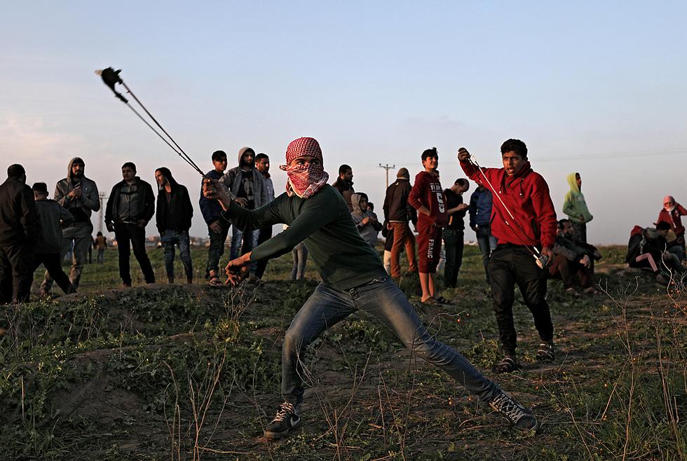 Los palestinos se enfrentan con las fuerzas de las FDI en la frontera de Gaza (Foto: EPA)