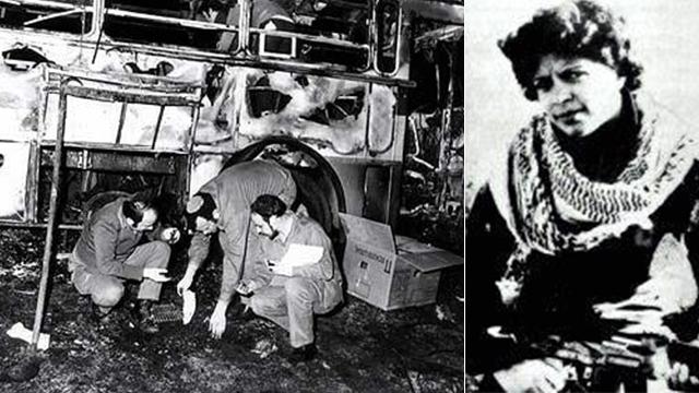 Mughrabi, a la derecha, y la escena de la masacre de Coastal Road en 1978