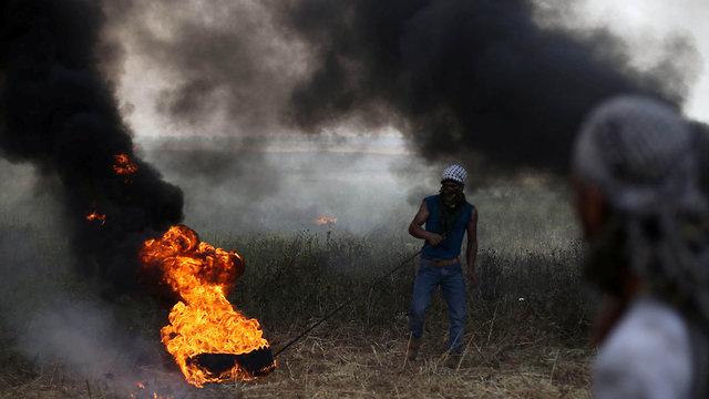 Neumáticos quemados en protesta en la frontera de Gaza (Foto: Reuters)
