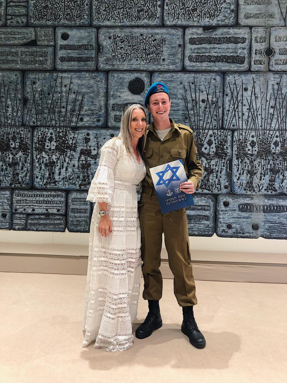 David y su mamá en Beit Hanasí. Ella vino de sorpresa al acto en el cual recibió la distinción en la casa presidencial como soldado sobresaliente.