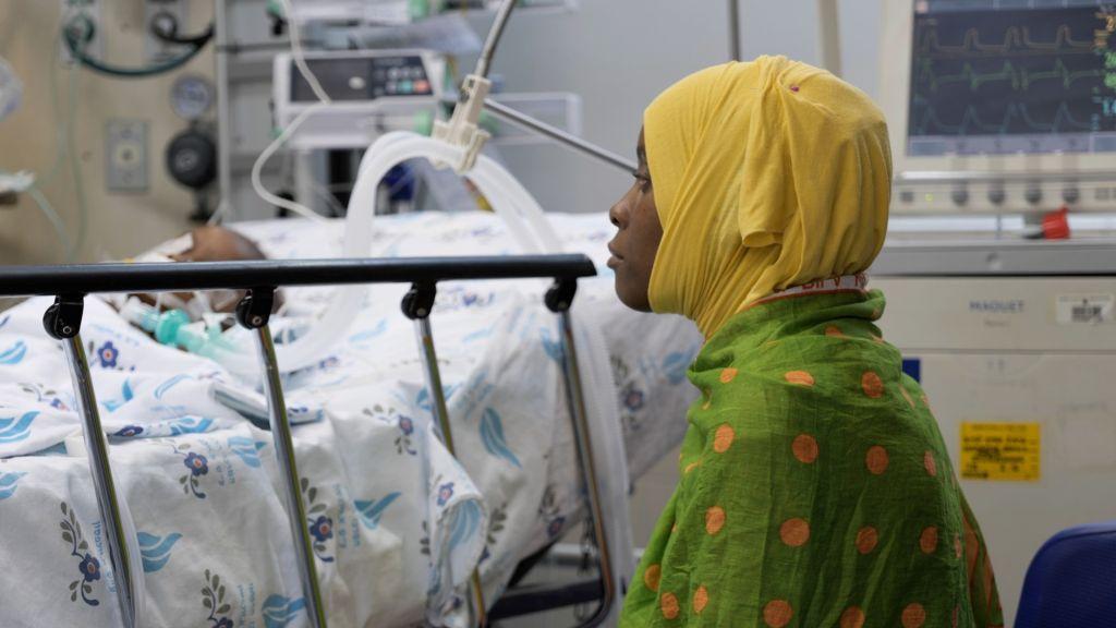 La mamá junto a la cama de Fatma después de la operación