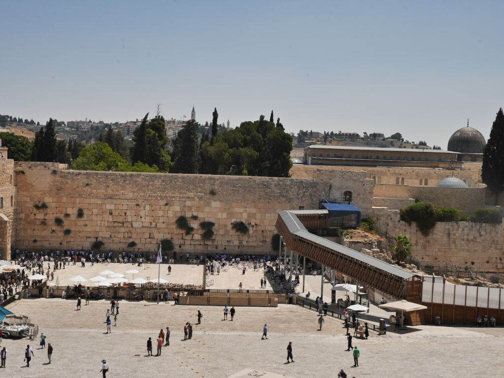 El Muro de los Lamentos, y atrás, arriba, el Monte del Templo. Se puede distinguir la cúpula de la mezquita de Al Aksa. La rampa a la derecha del muro es el acceso para los judíos al Monte.