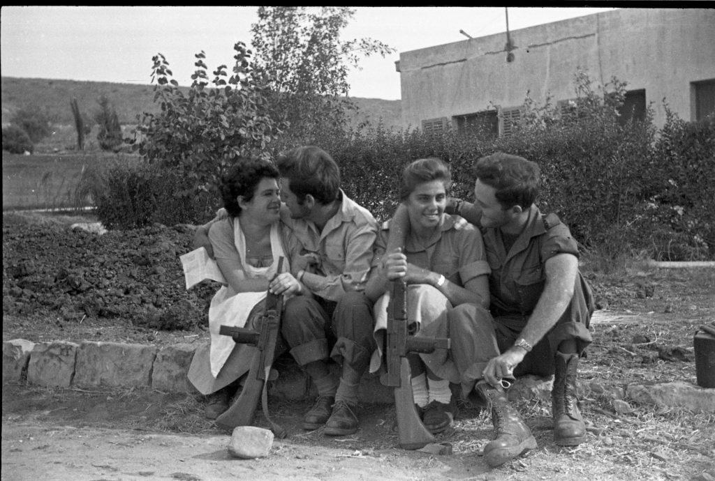 Soldados en licencia después de la Campaña del Sinaí, 1956, de la Colección Eddie Hirschbein, las Colecciones Bitmuna.
